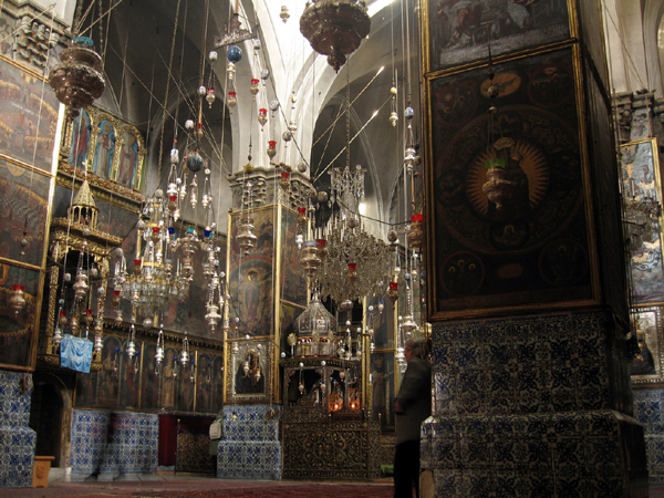 Inside_Saint_James_Cathedral_in_the_Armenian_Quarter_of_Jerusalem